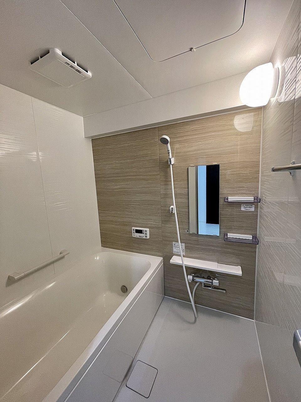 シャワーヘッド・鏡・タオル掛け