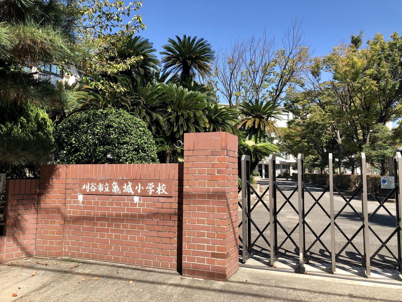 刈谷市で一番歴史のある小学校。昭和初期の1928年(昭和3年)10月には大中肇の設計による本館の、木造の校舎は現在刈谷市郷土資料館となっています。