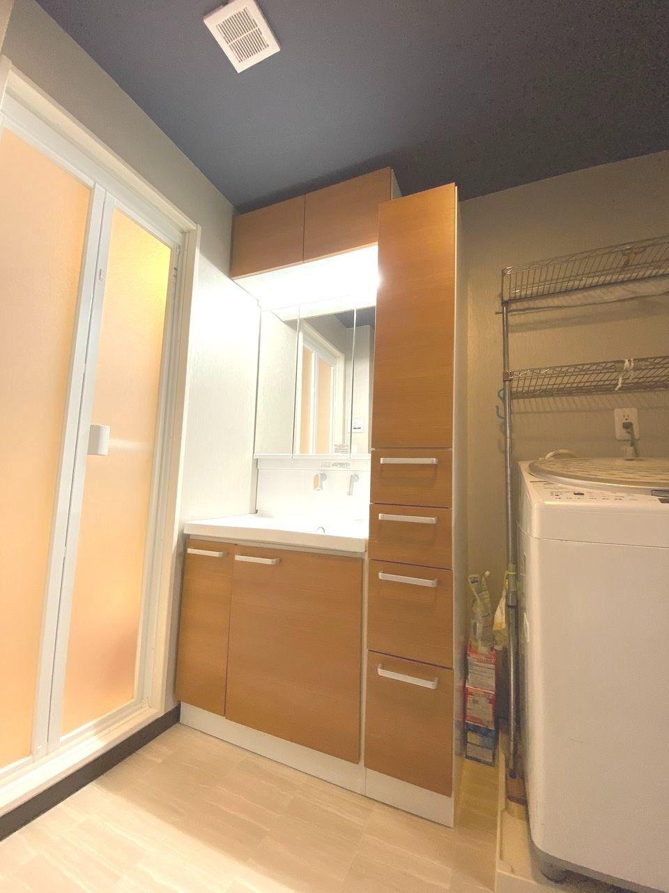 TOTO サクアの洗面化粧台は2019年7月交換しました。今までムダなスペースの原因となっていた排水管の配置や構造を見直すなど、TOTO独自の工夫によって、広い収納スペースを確保。キャビネット付きで、タオルや家族の下着などを入れるのに便利です。