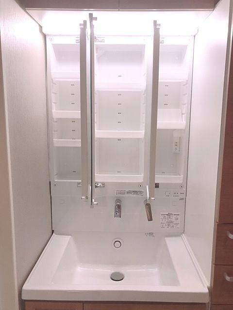 鏡裏はすべて収納スペースになっています。日常的に使用するものを収納するのに便利です。トレイの高さは、置く物にあわせて5cmごとに調整できます。取り外せば水洗いもかんたん。鏡裏の収納部には、充電に便利なコンセントを設置。