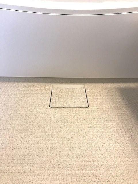 床表面に特殊処理を施した親水層の効果で、皮脂汚れと床の間に水が入り込み、汚れ落ちがスムーズに。ブラシでのお掃除がラクラクです。排水口は凹凸が少なく、汚れが落としやすい形状なのでお掃除がラクラク。さらにトラップカバーを開けて見える部分すべてが抗菌・防カビ効果を持つ樹脂で、ぬめりやカビ汚れの増殖を抑えます。