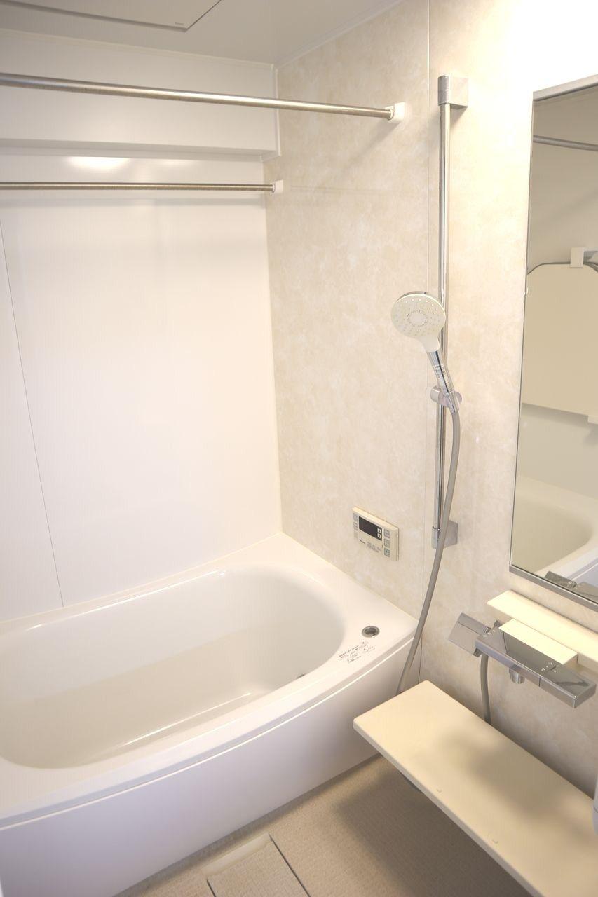 浴槽を断熱材で包み込んだ魔法びんのような構造で、お湯の温かさを保ちます。お掃除ラクラクほっカラリ床は床の内側にクッション層を持っています。そのクッション層が畳のようなやわらかさを実現。同時に断熱材の役割も果たすので冬場の一歩目もヒヤっとしません。浴室内の1面は大理石調アクセントパネル(ベージュ)で、高級感があります。