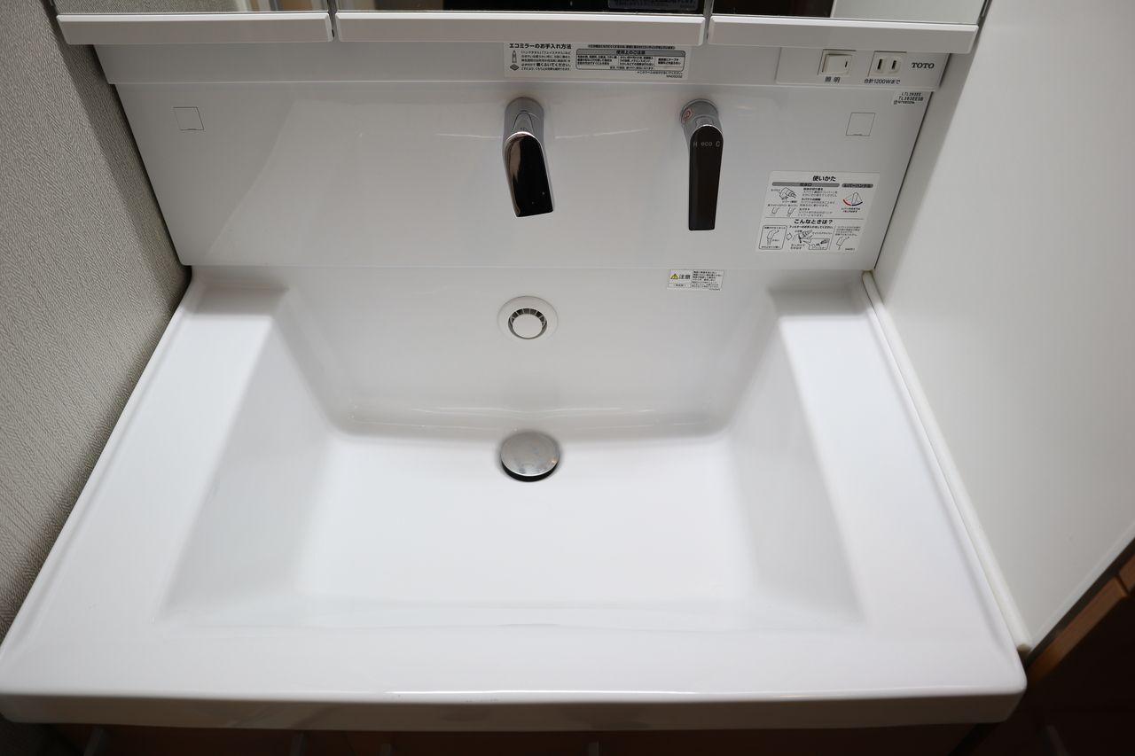 スクエア形状のシャープなボウル(陶器製)は、深くて広い設計。大きなバケツなどをしっかりと置けるほか、 ボウル周辺への水はねをおさえるので、セーターなどのかさばる衣類の手洗いや洗髪などもしっかり行えます。 容量たっぷりのひろびろ設計ながら、両サイドには物置きスペースを確保。よく使う物の一時置きに便利です。ボウルは広さに加えて深さがあるので、バケツなどの大きな物もしっかり納まります。