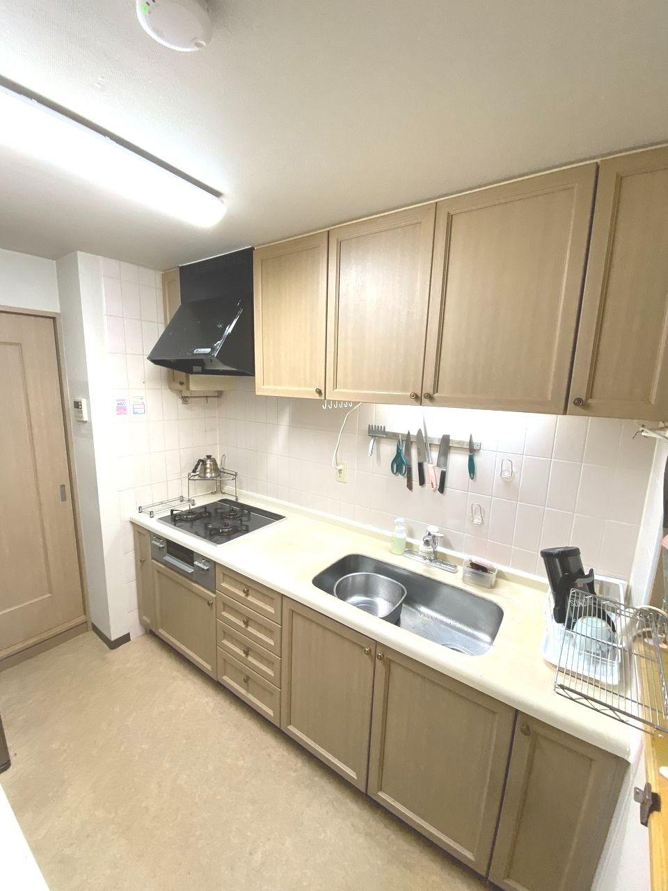 左側の引き戸を開けば洗面化粧室へつながる家事動線が良い間取りです。背面に食器ボードを置くスペースもあります。