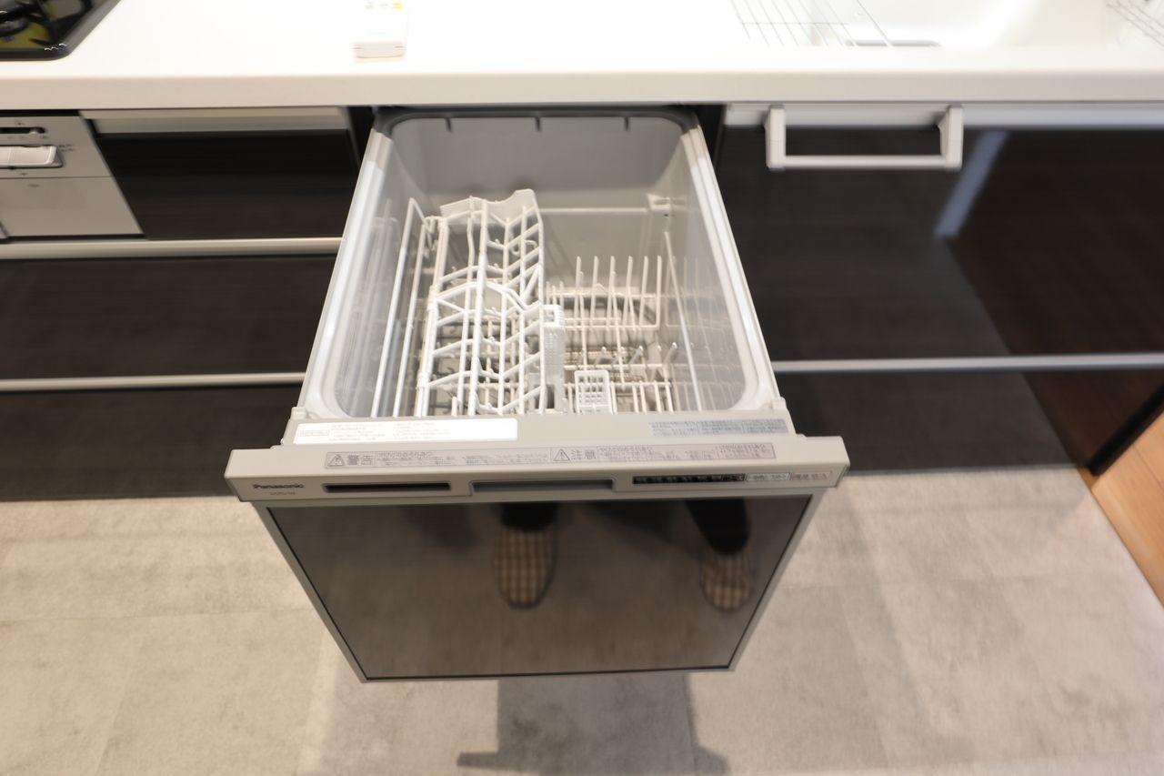 プルオープン食器洗い乾燥機 は腰をかがめることなく、ラクに食器が出し入れできる引き出し型。