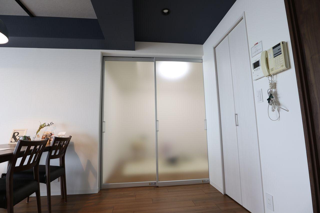 光を通すので、下レールがないので、 段差もなくて床面スッキリ。光を通して圧迫感も少ないし、閉じ切っていても、スライドドアの向こう側の気配を感じることができて、程よい感じで空間を仕切ってくれます。