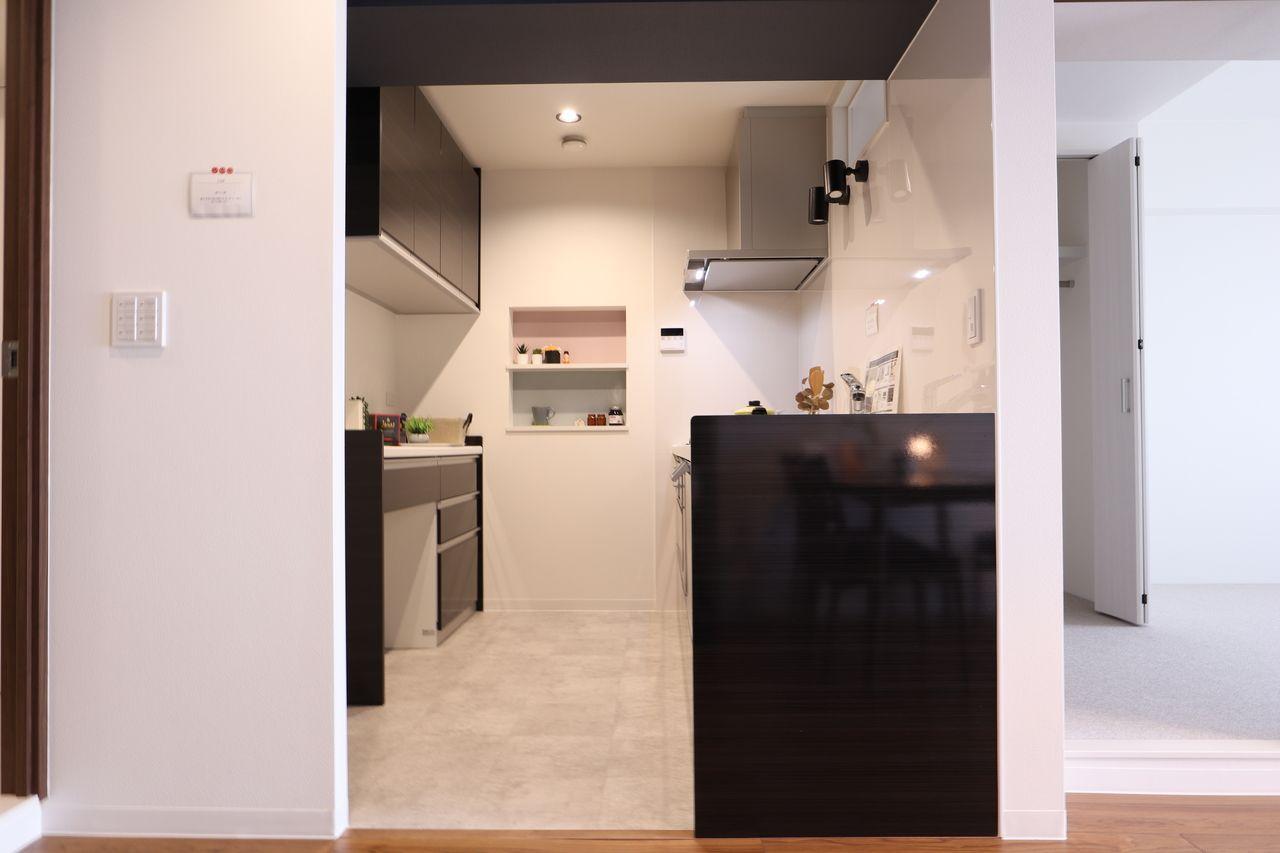 独立型キッチンのメリットは、ご来客の際は、お客様に手元や調理場を見られることがありません。また、隣接するリビングやダイニングまで油や煙、臭いが広がりにくいという良さがあります。キッチンの周囲が壁に囲まれているため、壁面に収納棚などを設けることで、容易に多くの収納スペースを確保することができます。
