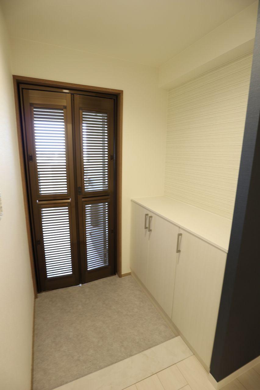 玄関には網戸を設置。外から室内が見えにくいのもGOOD。風が良く通ります。網戸に鍵もありますので、安心です。