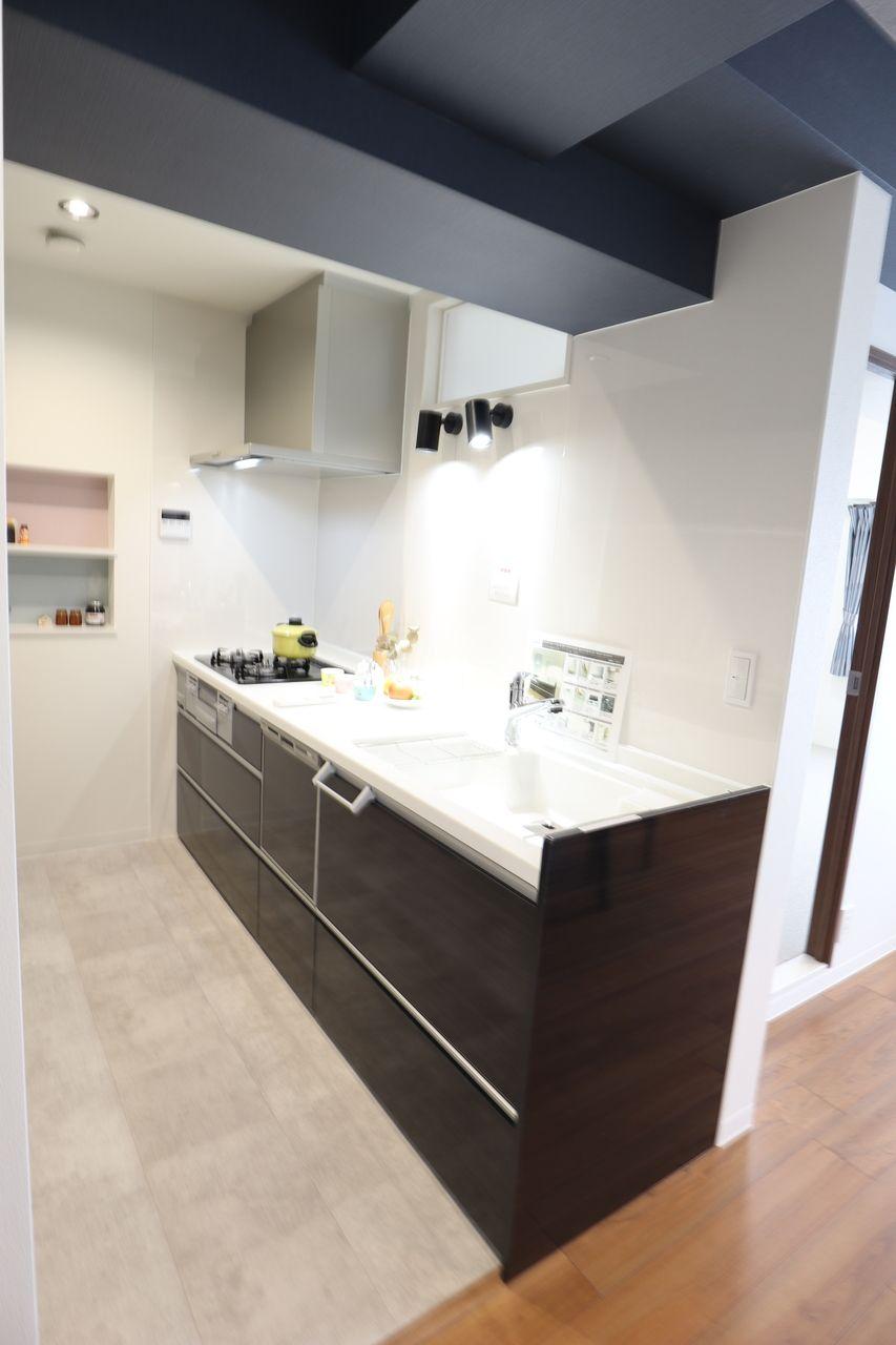暗くなりがちなキッチンもスポットライトや明り取りの窓で採光を確保するなどの工夫があります。