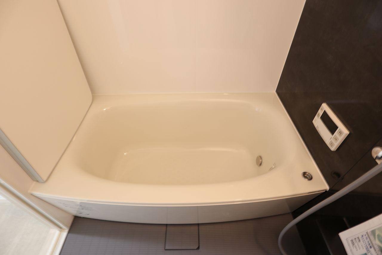 高級感漂うしっかりした厚みと硬さ、美しいツヤ、水や汚れをはじく浴槽。「スゴクキレイ」が長持ちします。
