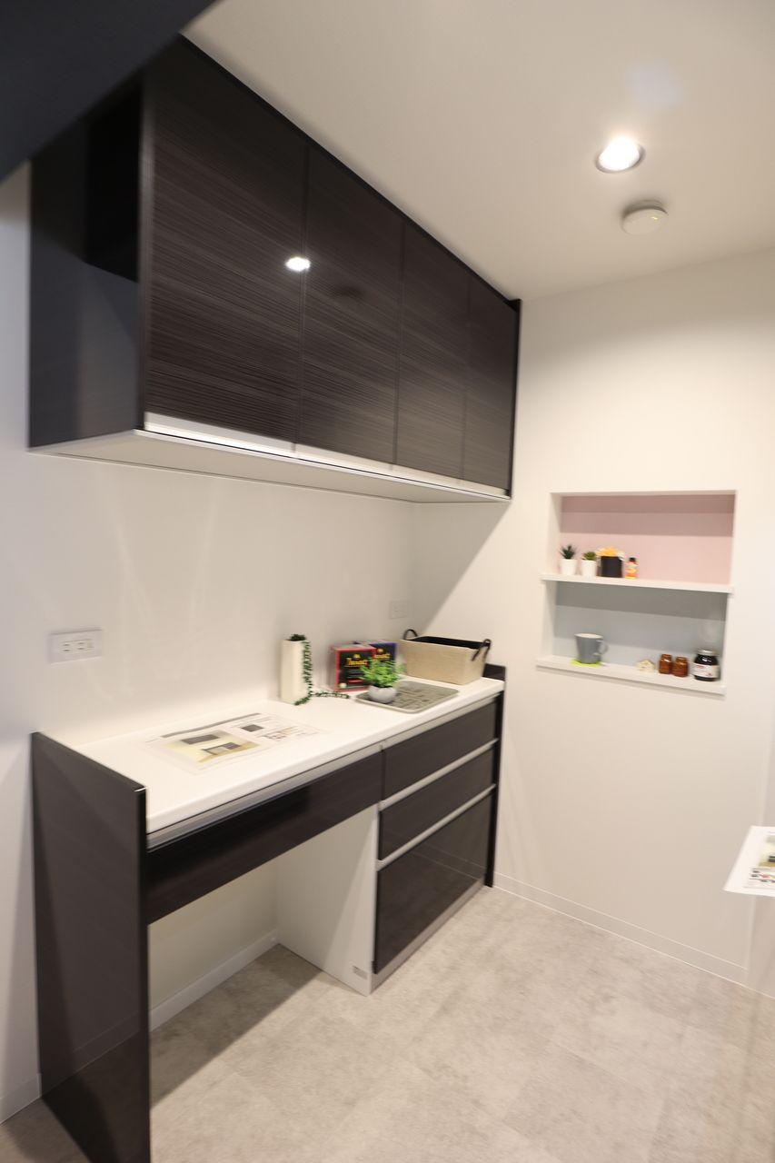 扉は鏡面タイプで、汚れがサッとふき取りやすいです。また、ゴミ箱スペースがあるので、キッチンがスッキリ見えます。