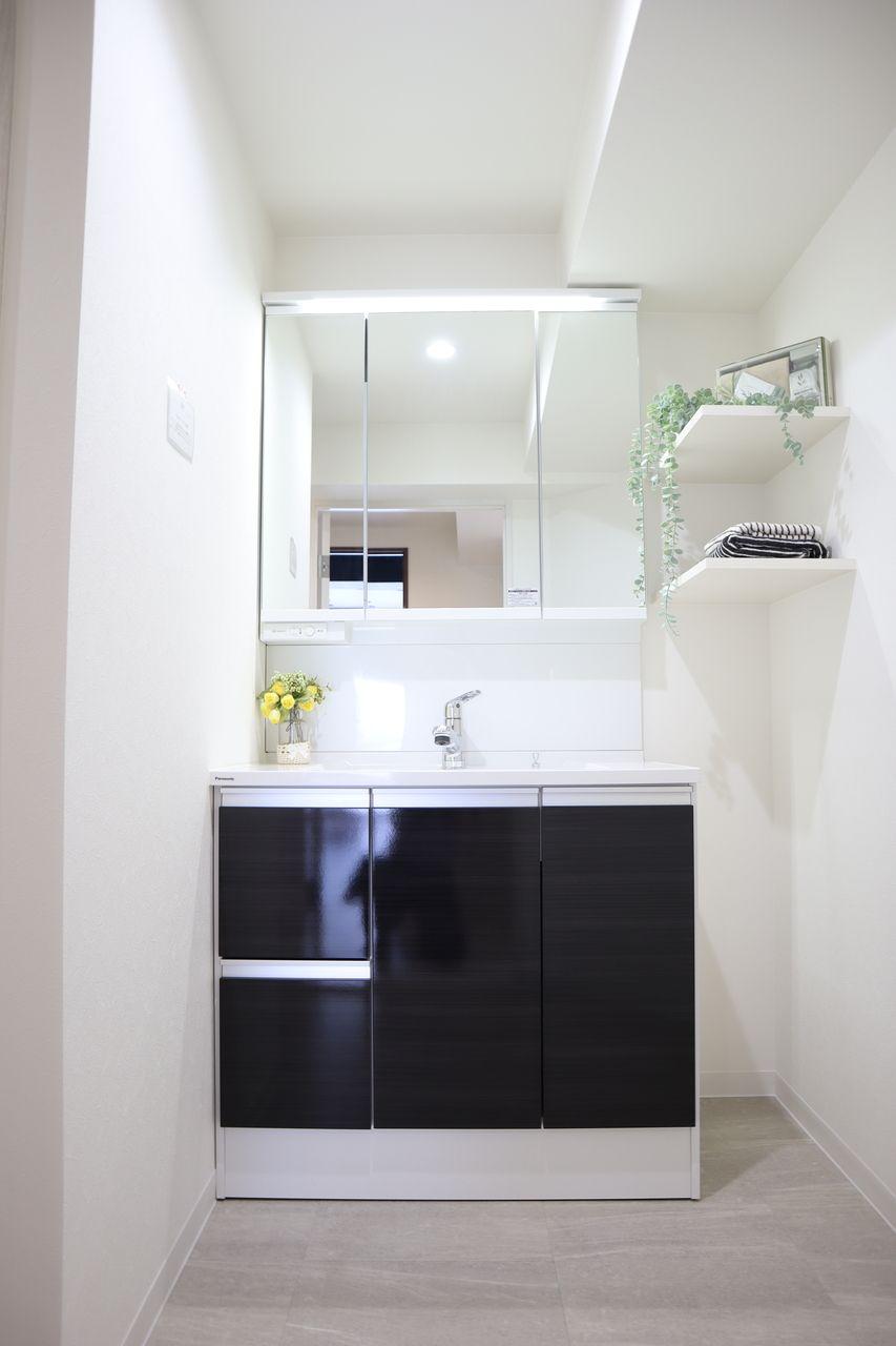 引出し収納は光沢のある鏡面柄で、サッと汚れが取れます。3面鏡はミラーが3つに分かれて付いており、裏面が収納となっています。洗面廻りの小物がミラー裏にすっきり収納できるので、洗面台まわりのゴチャゴチャを解消できます。