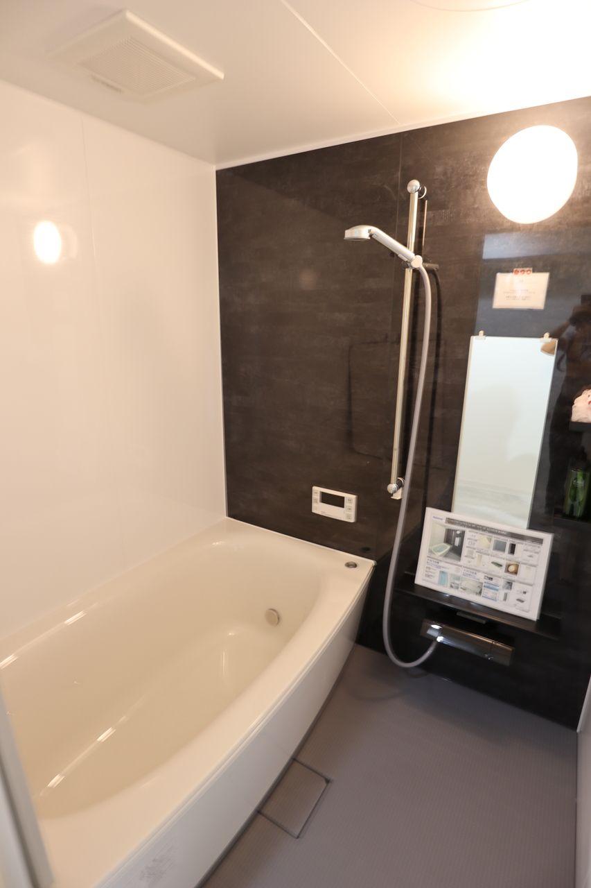 Panasonicのバスルームは、毎日のお風呂掃除を楽にする素材や機能が揃っています。水垢が付きにくい水栓、水が残りにくく乾きやすい床は隅までお掃除しやすいデザイン。節水約35%のW水流シャワー。