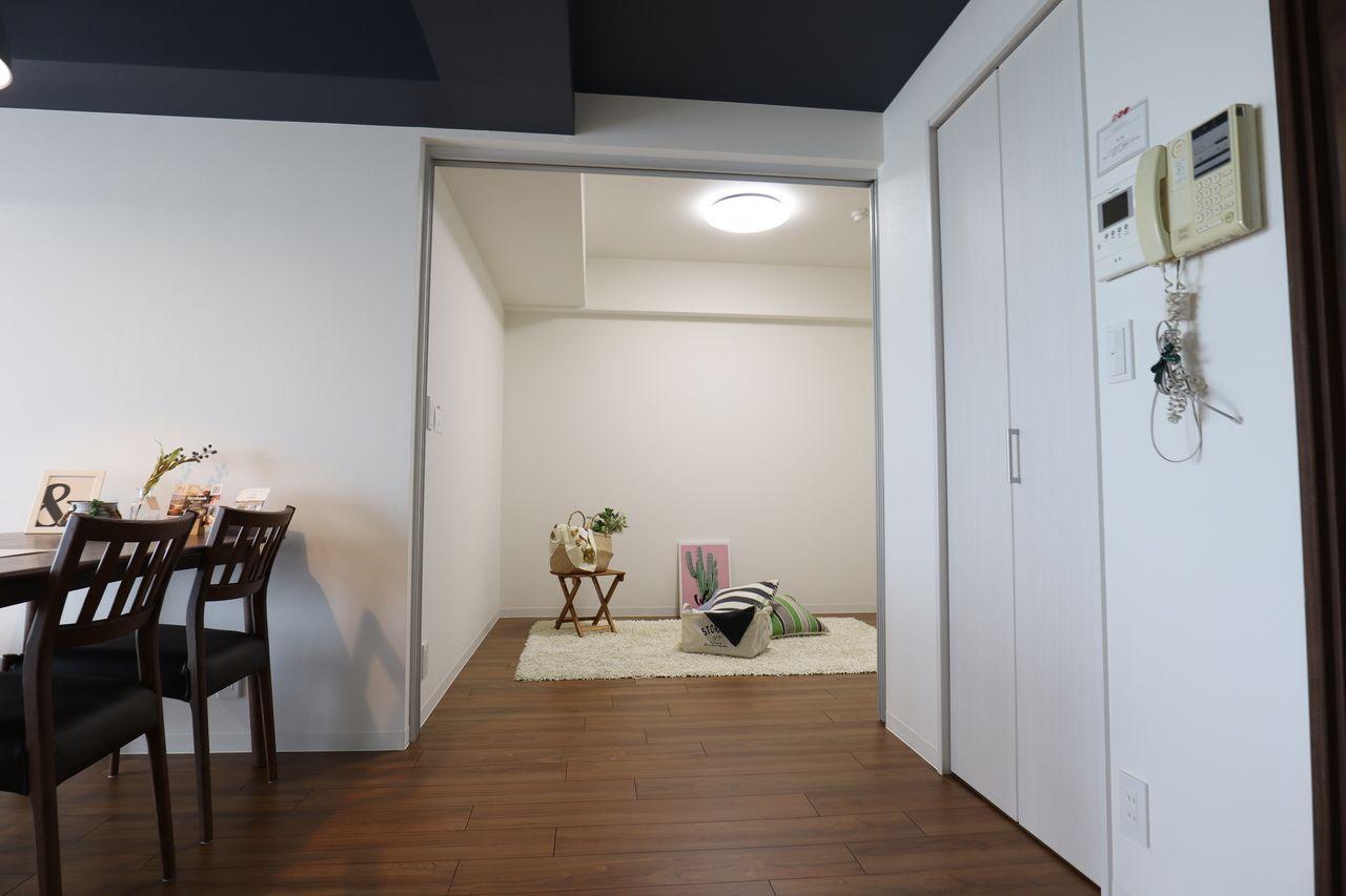4.4帖 リビングと一体で使え、キッチンから良く見えるので、小さなお子さんの遊び部屋として便利です。急な来客時には、扉を閉めることもできます。