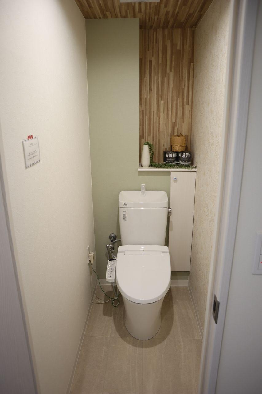 手の洗いやすさを考えた、広くて深い手洗鉢が特長で、シンプルな機能のみを搭載したシャワートイレ一体型便器。便器のフチを丸ごとなくし、サッとひと吹き 従来の陶器ではできなかった「ガンコな水アカ」も「汚物」もどちらも落とせる、お掃除ラクラクな衛生陶器です。さらにキズが付きにくく、ISOに準拠した抗菌(銀イオン)パワーで細菌の繁殖も抑えます。