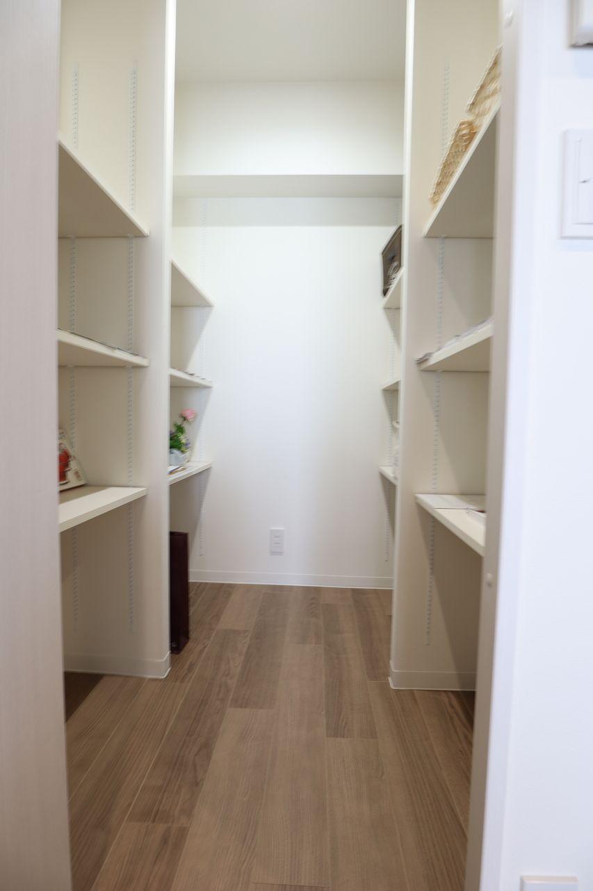 リビングはわりと散らかりやすいスペースです。大容量で何でも収納できるスペース(パントリー)があると便利です。可動式なので、高さ調整が可能。収納ボックスを利用すれば、薬や文房具など、机周りで使うものや、工具、裁縫道具などが綺麗に収まります。防災グッツや非常食のストックのも便利です。