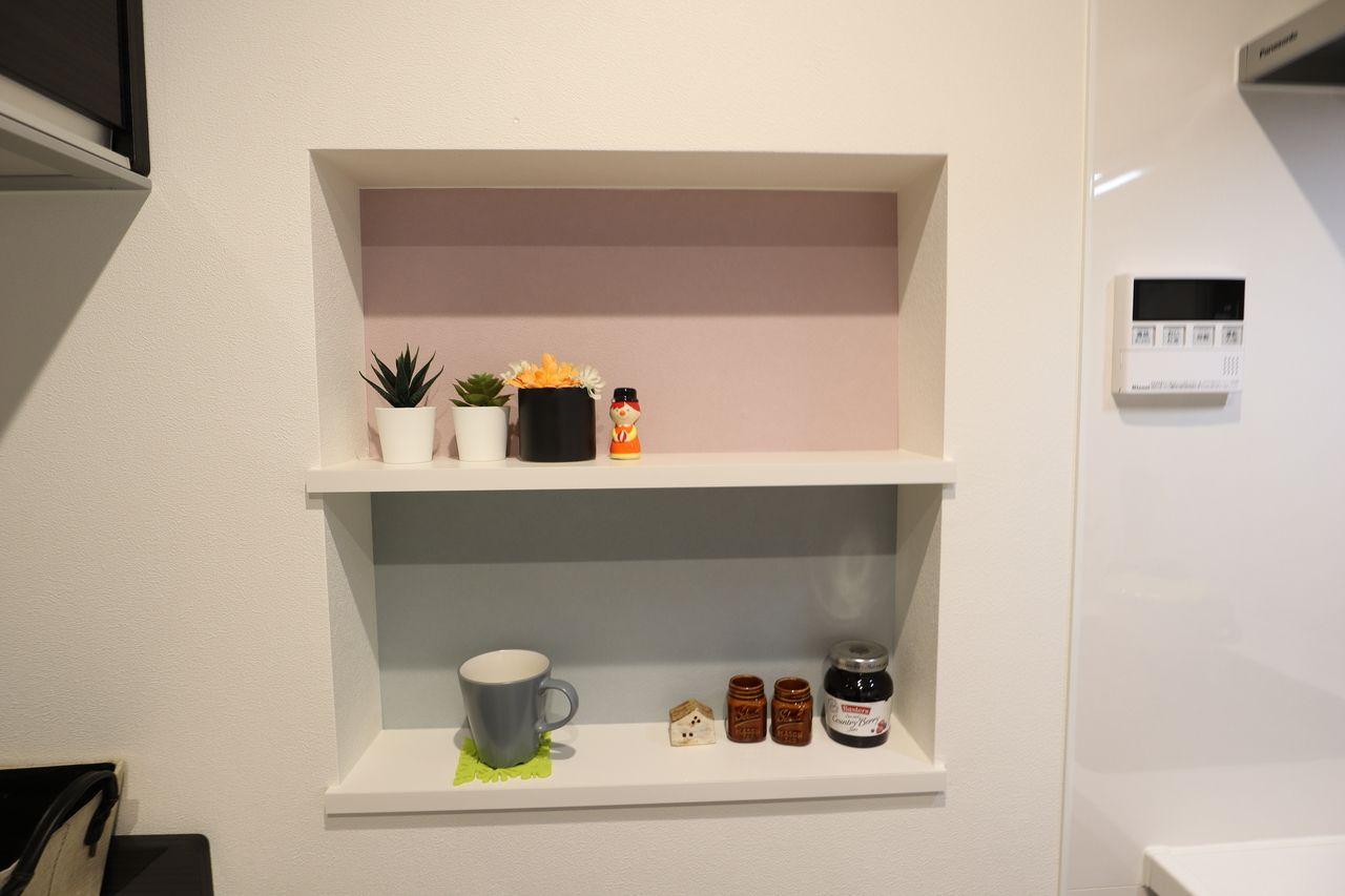 「ウォールキャビネット」は、壁の厚みを有効活用できる埋め込みタイプの収納。小物を飾ってもいいですね。