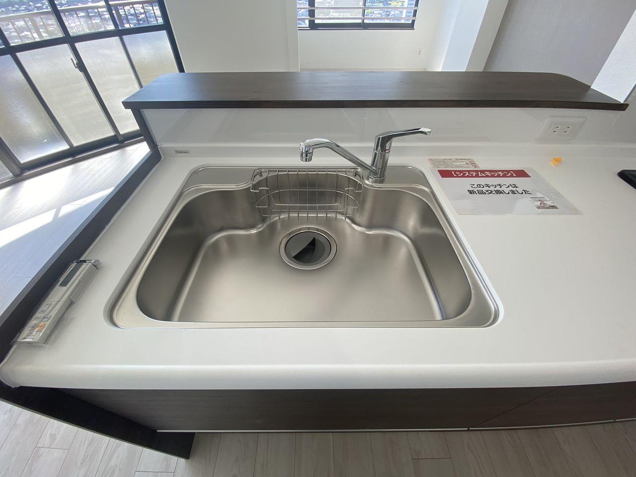 ステンレスは非常に固いことから衝撃を受けても変形しにくいのが特徴です。汚れが付着しても軽く拭くだけで綺麗に除去出来るのでキッチンを清潔に保つのに最適です。