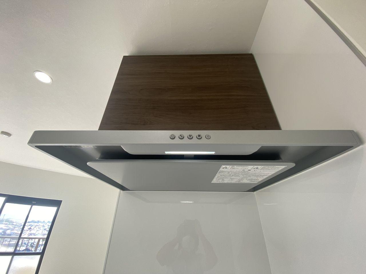 凹凸の少ないシンプルなデザインが特徴で、油汚れなどがつきにくく、日々のお手入れはフラットな整流板を拭くだけでよくお手入れが簡単